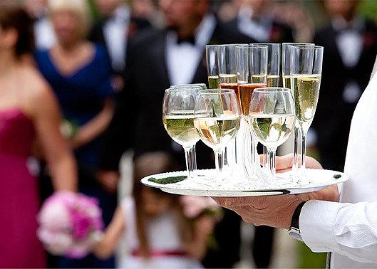 Сколько алкоголя нужно на банкет: избыточное или безопасное количество